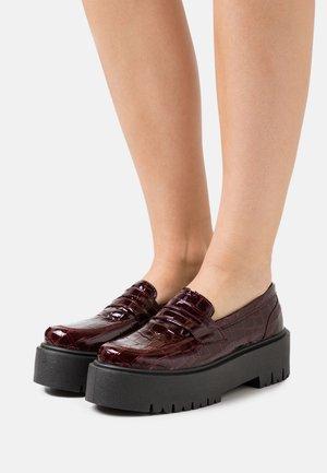 LOWDOWN LOAFER - Platform heels - burgundy