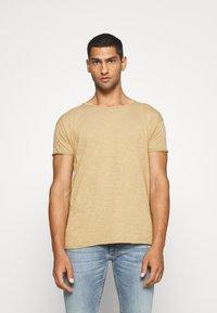 Nudie Jeans - ROGER - Camiseta básica - beige - 0