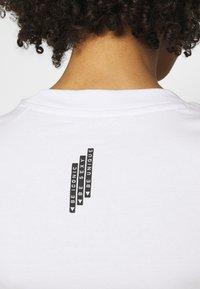 Guess - MINI TRIANGLE - T-shirts basic - true white - 3
