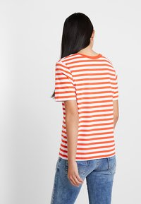Selected Femme - SLFSTANDARD V NECK - Print T-shirt - cherry tomato/bright white - 2