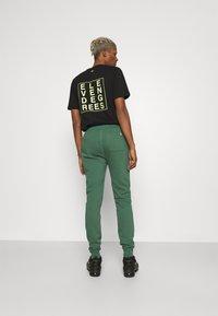 11 DEGREES - CORE REGULAR FIT - Teplákové kalhoty - elm green - 0