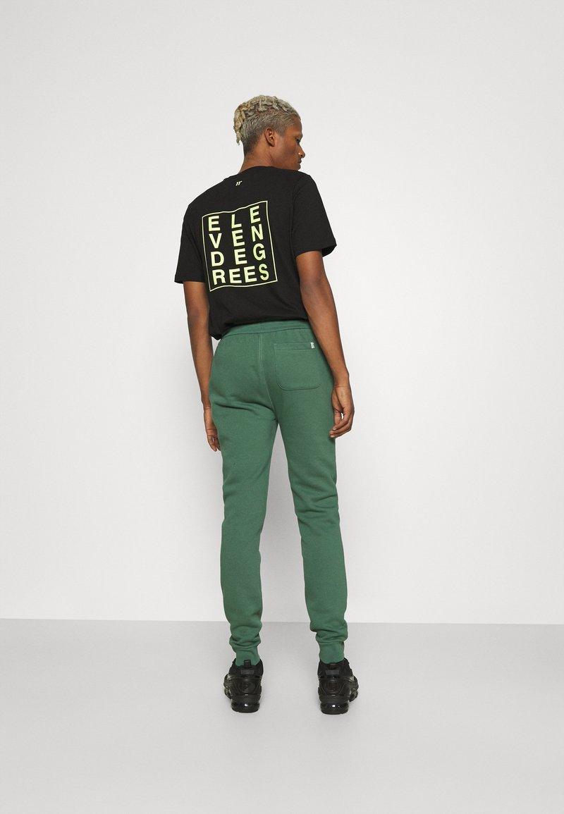 11 DEGREES - CORE REGULAR FIT - Teplákové kalhoty - elm green