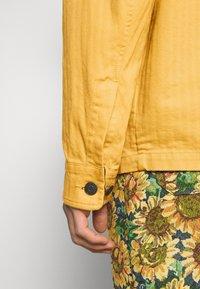 Tommy Jeans - BADGE WORKER JACKET - Summer jacket - gold - 6