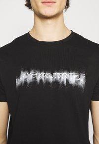 Jack & Jones - JOREDGE TEE CREW NECK - Triko spotiskem - black - 4