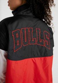 Nike Performance - NBA CHICAGO BULLS WOMENS JACKET - Treningsjakke - black/university red/white - 4