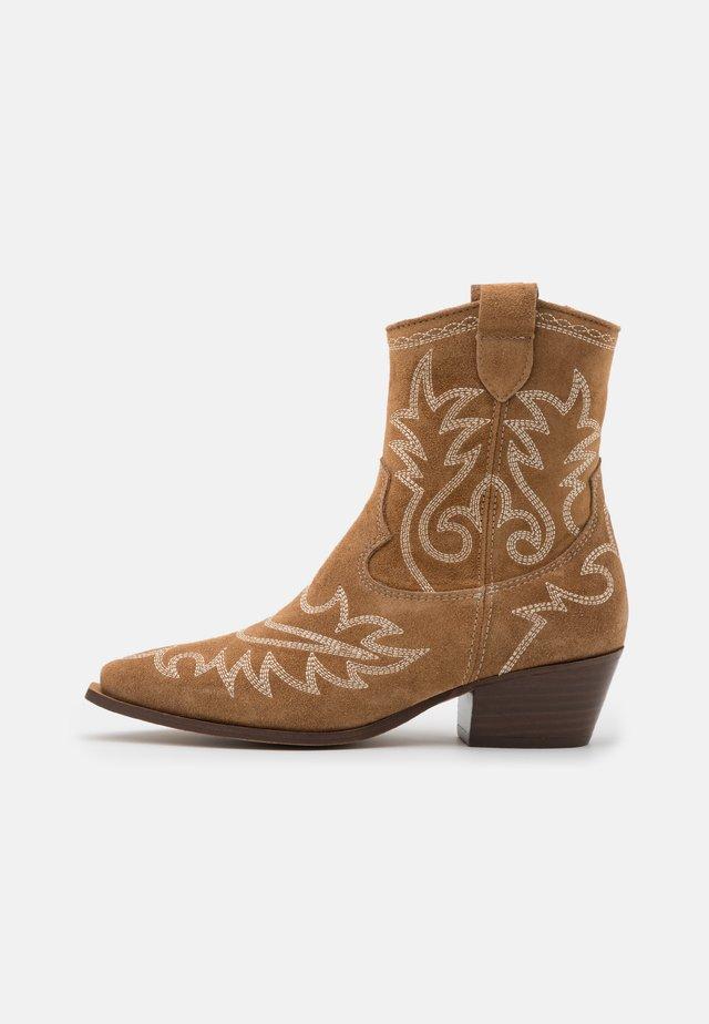 TEJANA - Cowboy/biker ankle boot - cognac