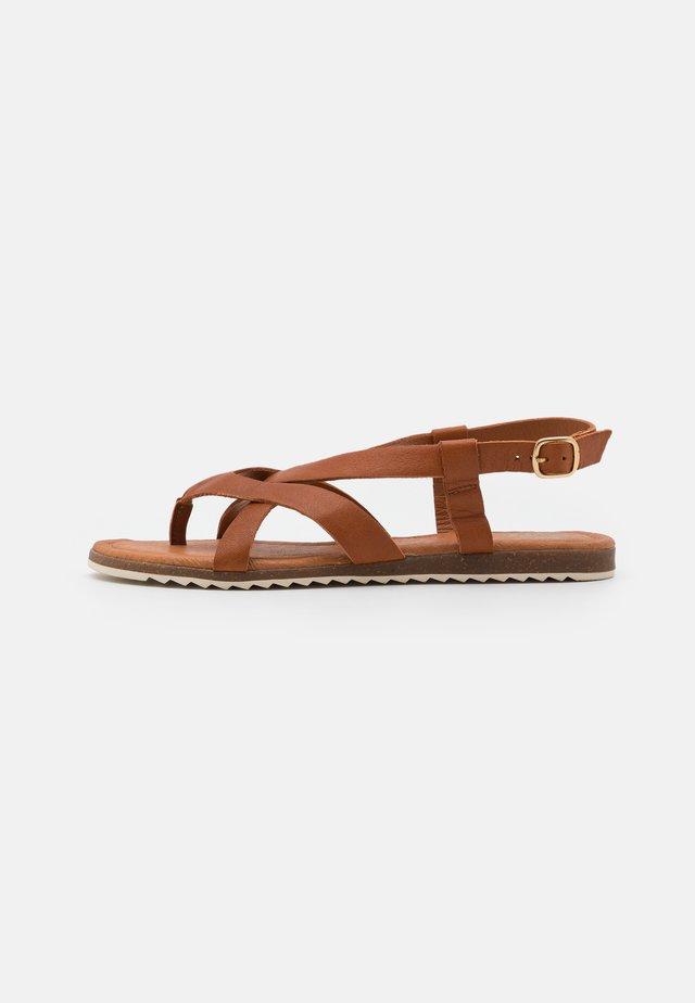 LORENA - Sandály s odděleným palcem - cognac