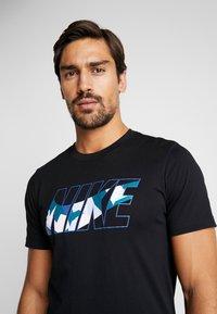 Nike Performance - DRY TEE DAZZLE CAMO - T-shirt med print - black/mystic navy - 4