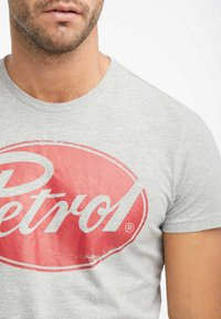 Petrol Industries - T-shirt med print - light grey melee - 3