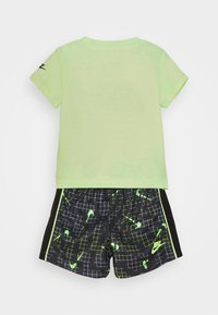 Nike Sportswear - GLOW IN THE DARK SET UNISEX - T-shirt z nadrukiem - black - 1