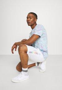 Calvin Klein Jeans - PRIDE GRAPHIC UNISEX - Short - bright white - 3