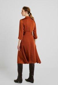 Gestuz - KAMRYN DRESS - Denní šaty - umber - 2