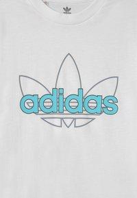 adidas Originals - OUTLINE TREFOIL UNISEX - T-shirt z nadrukiem - white - 2