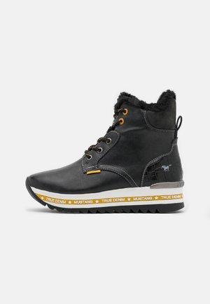Kotníkové boty na platformě - schwarz/gelb