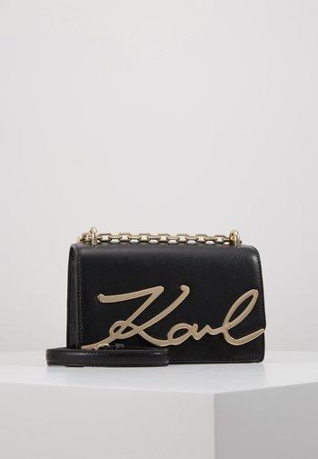 SIGNATURE SMALL SHOULDERBAG - Across body bag - black/gold