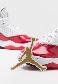 Jordan - MAXIN 200 - Basketbalové boty - white/black/gym red - 6