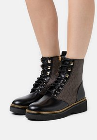 MICHAEL Michael Kors - HASKELL BOOTIE - Lace-up ankle boots - black/brown - 0