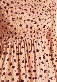 Glamorous - SMOCKED BUBBLE SLEEVE MINI DRESSES WITH ROUND NECK - Denní šaty - peach ditsy - 4