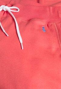 Polo Ralph Lauren - FEATHERWEIGHT - Pantalon de survêtement - amalfi red - 2