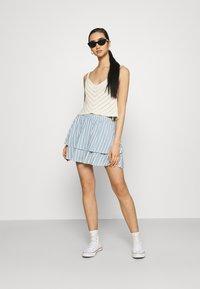 ONLY - ONLAURORA SMOCK LAYERED SKIRT - Minifalda - bright white/faded denim - 1