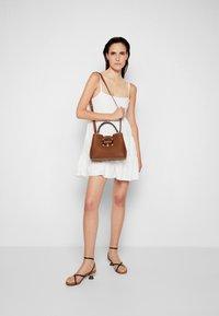 Bally - JORAH TOP HANDLE - Handbag - cuero - 6