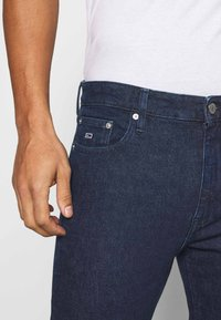 Tommy Jeans - DAD JEAN STRAIGHT - Jeans straight leg - oslo dark blue com - 4