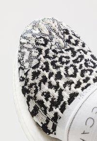 adidas by Stella McCartney - ULTRABOOST X 3.D.  - Neutrální běžecké boty - core black/footwear white/solar orange - 5