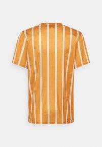 Redefined Rebel - JETT TEE UNISEX - Print T-shirt - inca gold - 1