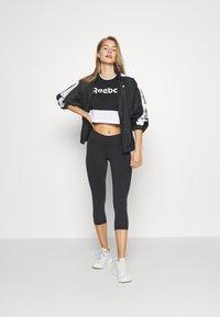 Reebok - LINEAR LOGO CROP TEE - T-shirt print - black - 1