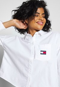 Tommy Jeans - BADGE - Button-down blouse - white - 3