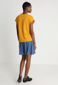 KIOMI - Basic T-shirt - golden yellow - 2