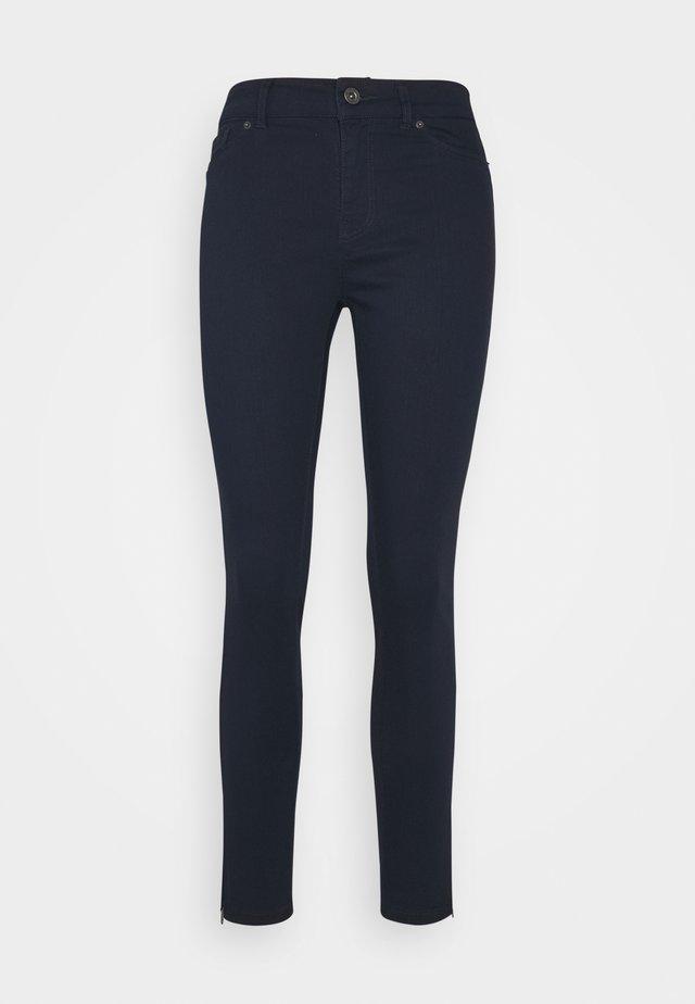 VMHOTSEVEN ZIP PANTS - Jeans Skinny Fit - navy blazer