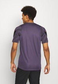Nike Performance - DRY STRIKE 21 - Camiseta estampada - dark raisin/black/siren red - 2