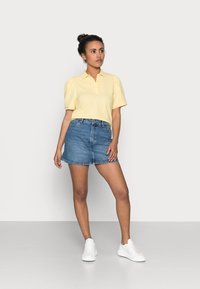 ONLY Petite - ONLJANET LIFE SHORT POLO TOP - T-shirt con stampa - sunshine - 1
