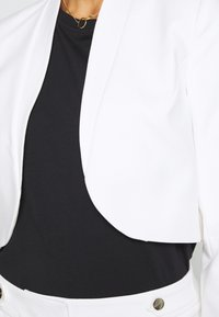 comma - BOLERO - Blazer - white - 5