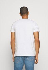 Wrangler - GRAPHIC TEE - Print T-shirt - white - 2