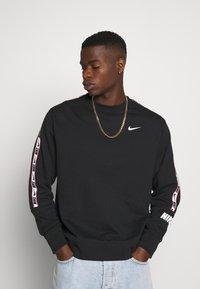Nike Sportswear - REPEAT CREW  - Mikina - black - 0