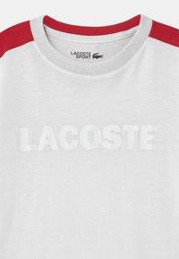 Lacoste Sport - WORDING UNISEX - T-shirt imprimé - white/ruby - 2