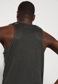 Nike Performance - RISE TANK - Sportshirt - light bone/smoke grey - 5