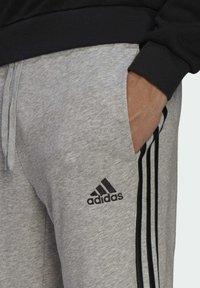 adidas Performance - ESSENTIALS FRENCH TERRY TAPERED 3-STREIFEN HOSE - Pantaloni sportivi - grey - 3