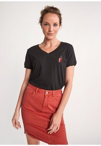 comma casual identity - Print T-shirt - black placed embroidery - 0