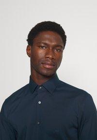 Calvin Klein Tailored - STRETCH SLIM  - Formal shirt - navy - 3