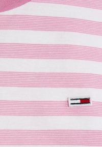 Tommy Jeans - CLASSICS STRIPE TEE - T-shirts print - pink daisy - 6