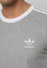 adidas Originals - 3 STRIPES TEE UNISEX - Print T-shirt - grey - 4