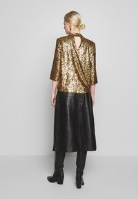 JUST FEMALE - TROYE BLOUSE - Bluser - troye gold - 2