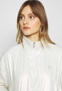 Calvin Klein Jeans - IRIDESCENT WINDBREAKER - Windbreaker - iridescent white - 3