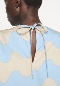 Marimekko - CLASSICS HAVAITTU PIKKU LOKKI DRESS - Day dress - blue/sand - 4