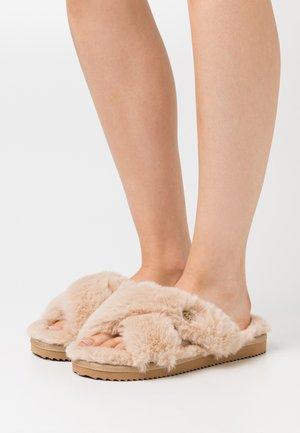 LALA - Domácí obuv - camel