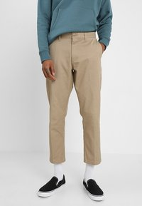 Obey Clothing - STRAGGLER FLOODED PANTS - Broek - khaki - 0