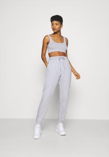 SCOOP NECK BRALET 90'S SET - Pantalon de survêtement - grey